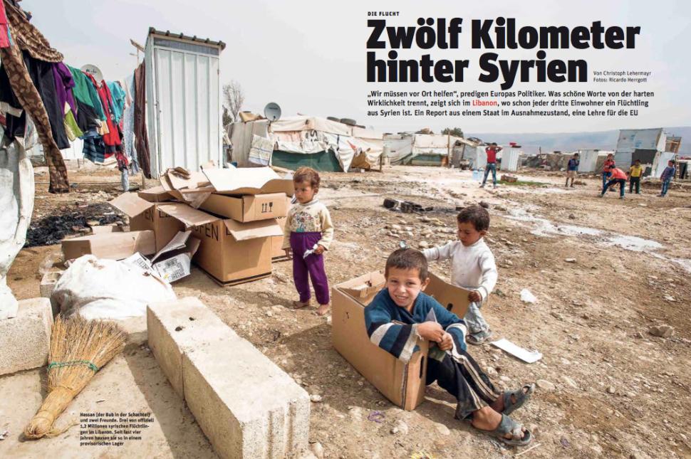 Der Bub in der Schachtel ist der kleine Hassan. Seine Heimat eine Lager in Libanons Bekaa-Ebene (Foto: Ricardo Herrgott)